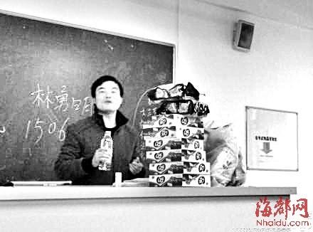 """班主任""""勇哥""""在课堂上分发零食(网友微博图片)"""