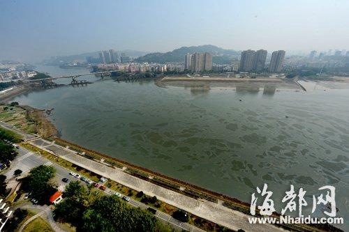 站在江边的高楼俯瞰,闽江西河段满是金闪闪的油污