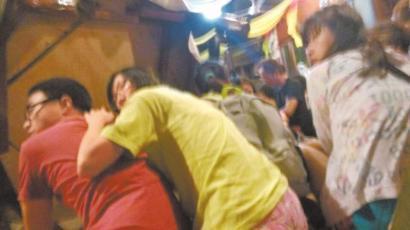 北京时间昨晚10时30分许,听见枪声,现场所有人立即趴下躲避。(华西都市报记者手机拍摄)