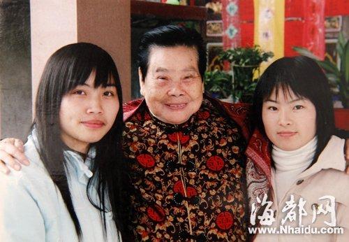 老人十几年前捐助两名小女孩上学,如今女孩都已长大成人,各自有了工作