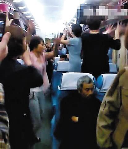 大妈在火车上互飙广场舞