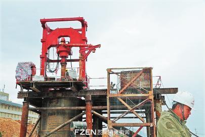 国内目前最先进的KTY4000型动力头钻机开始试钻