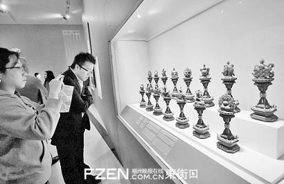 故宫文物首次亮相加拿大多伦多安大略省皇家博物馆,观众参观北京故宫博物院藏品。