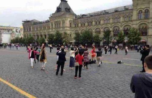 中国大妈跳广场舞跳到国外