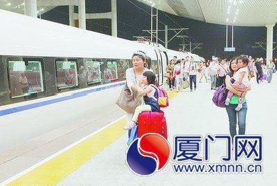 旅客从北京首发直达厦门的高铁上下车。(图/记者 王协云 摄)