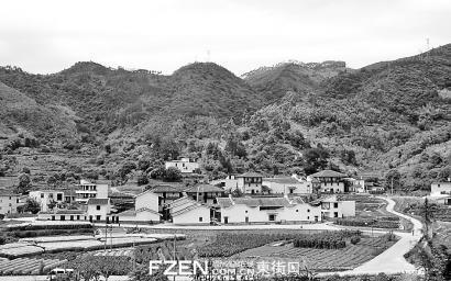 从福银高速公路上可看到后垅村北园功烈轩全景。