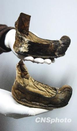 """工地出现古墓挖出""""三寸金莲""""布鞋"""