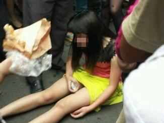 少女当街辱骂父亲