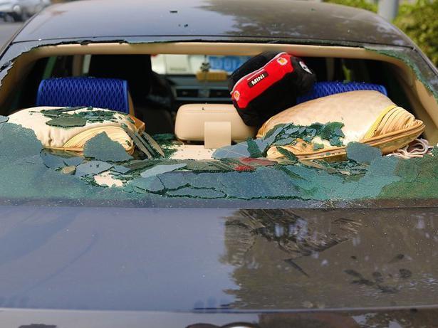 车停路边玻璃被砸