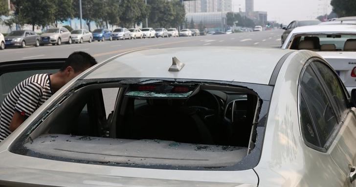 西安城南30多辆车夜停路边 玻璃被砸财物失窃