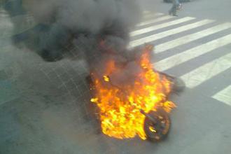 福州:骑行中电动车当街起火