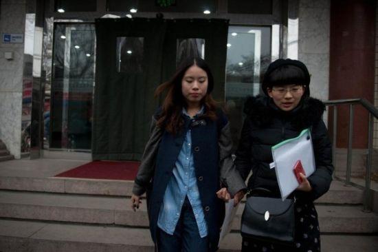 组图:北京一对女同性恋注册结婚被拒