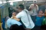 实拍北京地铁内为抢座引发多人群殴