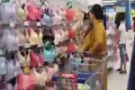日本和尚千挑万选 帮美女买胸罩