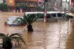 莆田被淹现场 汽车完全被淹没在洪流中