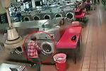 监控拍下父母将孩子扔进洗衣机搅拌1分多钟