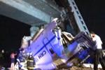 实拍温州动车脱轨坠桥 车厢破损严重