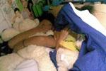 实拍妻子被丈夫捉奸在床 衣服被拔光光