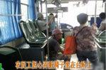 怕弄脏座椅 福州一农民工乘公交坐台阶