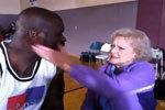 奥尼尔向90岁影后求婚被拒 惨遭扇耳光
