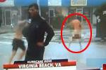 记者连线报道飓风险被吹走 民众脱裤抢镜