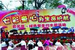 浙江一小学学生冒雨表演领导撑伞观看