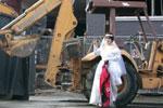 美国女子为阻百年建筑遭强拆 嫁给仓库