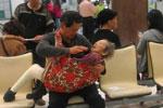 儿子怀抱年迈母亲 感动无数网友
