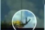 3岁女童游乐场坐旋转飞车 高空被甩出
