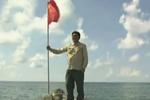 我国赴黄岩岛记者在主礁重插五星红旗