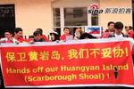 中国留学生在菲律宾驻英国使馆门前抗议