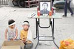 9岁男孩带着妹妹跪街边求路人捐款葬父