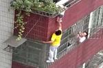 实拍女童头部被卡栏杆悬空4楼 小伙爬楼托住