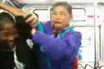 中国老太太公车上怒揍外国黑妞 大骂Fuck U