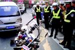 男子酒后闯关 厦门一民警被撞飞十几米远