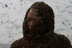 蜂农吸引76斤蜜蜂爬满全身 挑战世界纪录