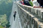 南京彪悍姐徒手攀20米城墙疑为逃票