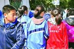 内蒙古包头一家中学发优秀生红校服引争议