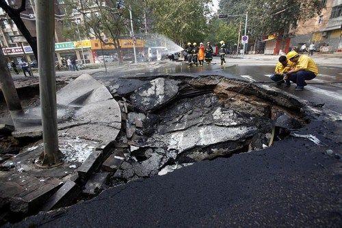 直击地面塌陷致天然气管道爆燃 汽车被焚