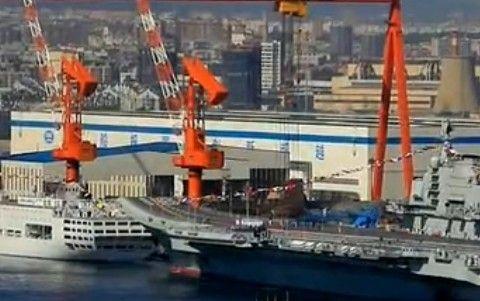 实拍中国首艘航母平台升起国旗军旗