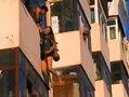 女子跳楼被拽住