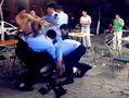 曝醉酒男袭警遭制服 被摁倒趴地背手上铐