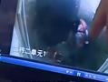 监控拍下女孩电梯里摔打婴儿疑将其扔下楼