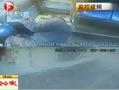 实拍客车司机突然吐血致车辆失控撞路人