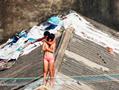 实拍三亚男子屋顶劫持女孩 逼女人质脱衣