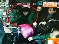监控实拍刀片党公交车上划兜偷钱包