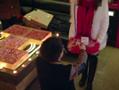 实拍杭州小伙用20万现金折纸玫瑰求婚
