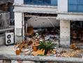 实拍东莞爆炸饭堂现场 满地桌椅碎片