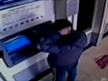 男生ATM机前照镜子被帅到 遭取走8千元