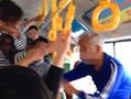 厦门:女子抓公交车吊环飞踹白发老人